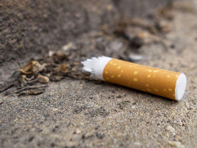 Un mozzicone di sigaretta gettato a terra