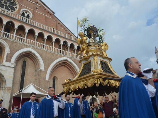 L'uscita della reliquia del mento dalla Basilica