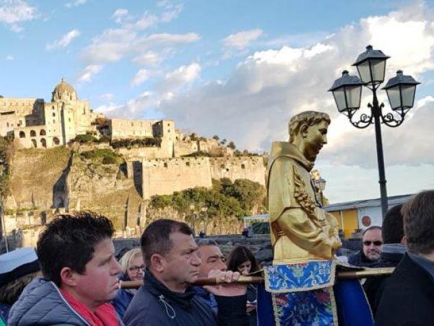 Il busto con le reliquie di sant'Antonio sbarca a Ischia.