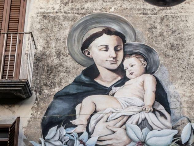 Il grande murale dedicato a sant'Antonio sulla parete di una casa nella piazza principale di Rotonda (PZ).