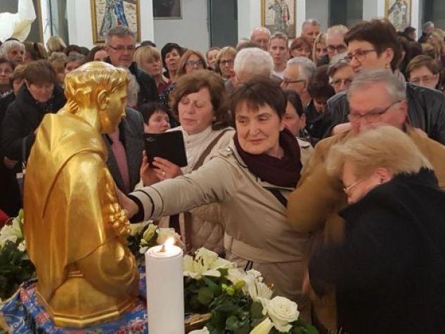 Nella chiesa di San Michele, a Dubrovnik, i fedeli rendono omaggio alle reliquie del Santo durante la «peregrinatio antoniana» lo scorso marzo.