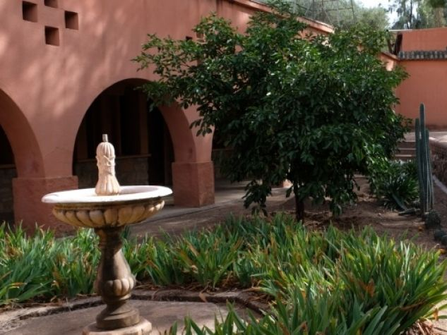 Nel Monastero della Visitazione a Tazart il portico con simboli cristiani si affaccia sul giardino, decorato da fontane in stile marocchino.