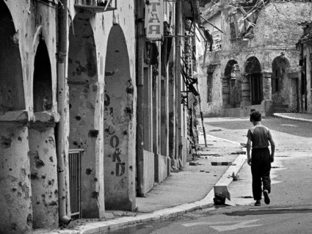 Il corso con i portici di Vukovar, nel 1992. La città croata cadde nel novembre del 1991.