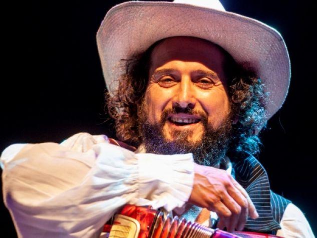 Vinicio Capossela durante un suo recente concerto.