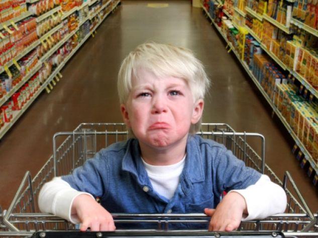 Un bambino al supermercato.