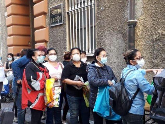 Genova: consegna dei pacchi alimentari per l'emergenza covid, davanti all'Istituto Don Bosco.
