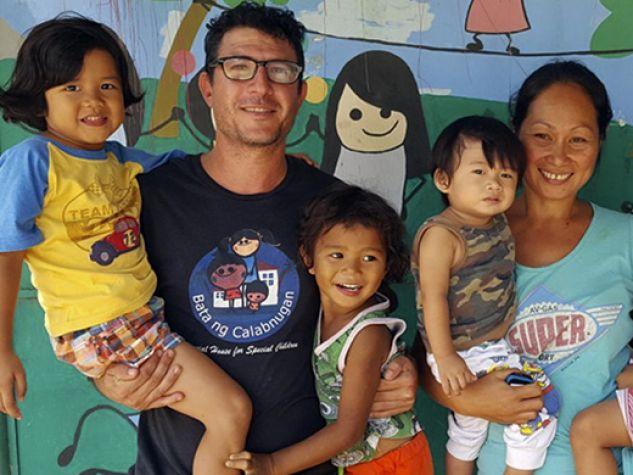 Francesco Izzo e Flora Aguit con alcuni dei loro 28 figli.