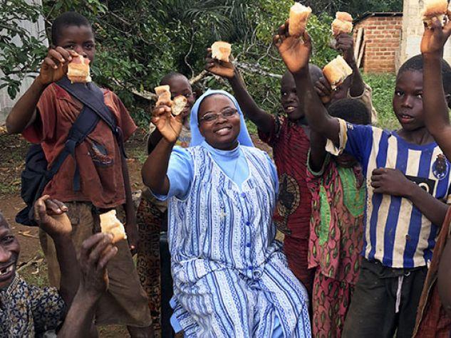 Suor Jeanne Pascale con alcuni bambini della missione.