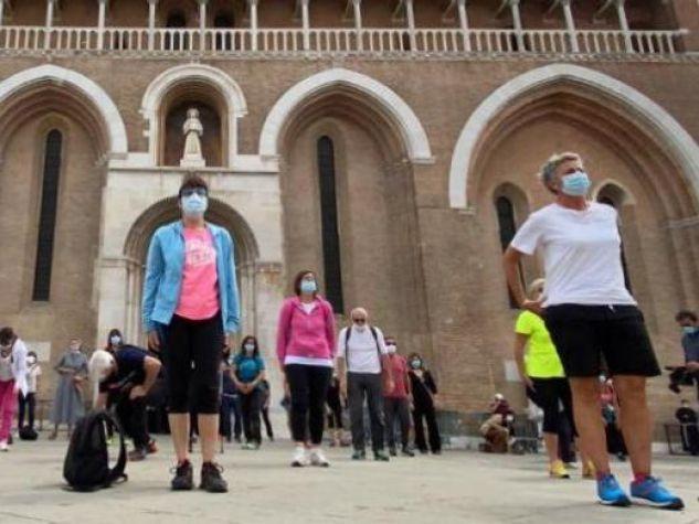 Il flash-mob dei pellegrini sul sagrato della Basilica.