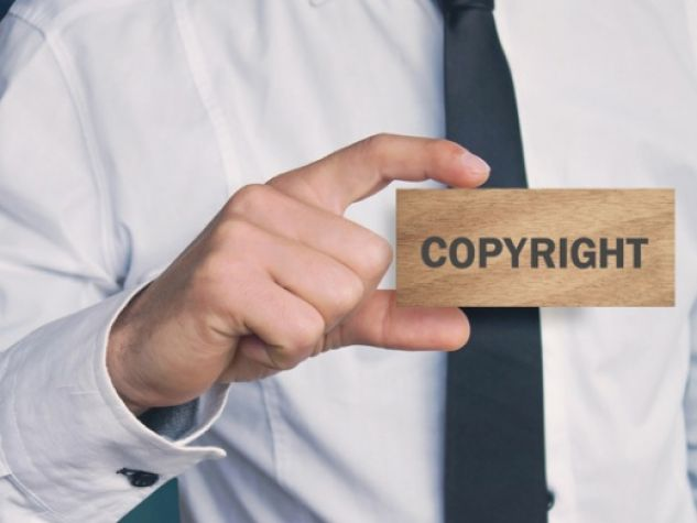uomo con cartellino copyright