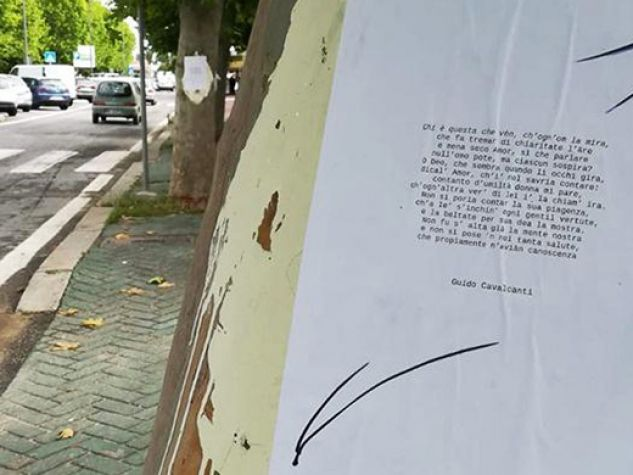 poesie appese sui muri di Fiumicino