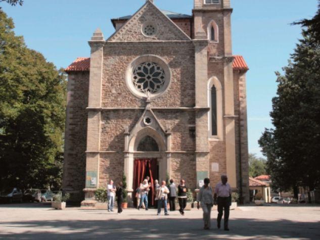 Fedeli all'uscita dell'eremo di Montepaolo, nei pressi di Dovadola (FC).
