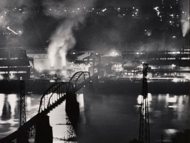 Stabilimento National Tube Company, U.S. Steel Corporation, McKeesport, e ponte ferroviario sul fiume Monongahela / National Tube Company works, U.S. Steel Corporation, McKeesport, and Union Railroad Bridge over the Monongahela River, 1955-1957. Stampa ai