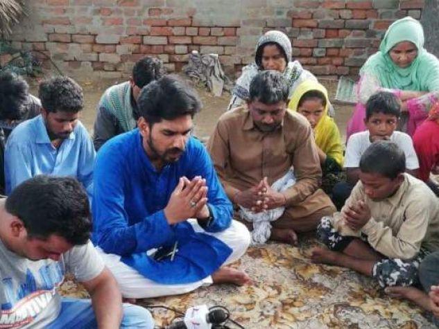 La famiglia in preghiera di Badal Masih, ucciso a 11 anni, dal suo datore di lavoro.