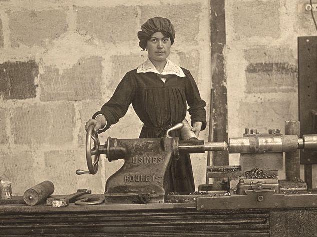 Francia 1915. In una fabbrica di munizioni un'operaia posa durante il suo turno. Foto: ADOC PHOTOS / CORBIS.