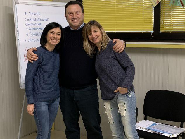 Giuliano Tomasi con due volontarie de Il Mantello