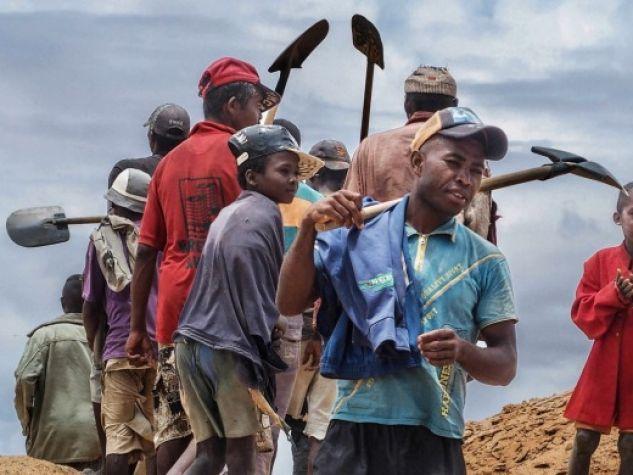minatori scavano alla ricerca di zaffiri