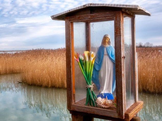 Statua della Madonna, nella laguna di Caorle (VE)