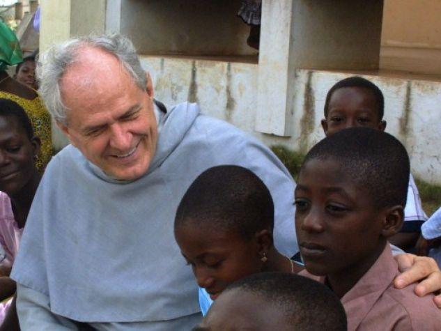 un frate missionario in Ghana con alcuni bambini
