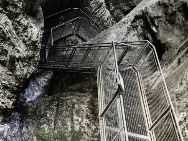 La scala di metallo che s'inerpica tra le rocce della Montagna Spaccata.