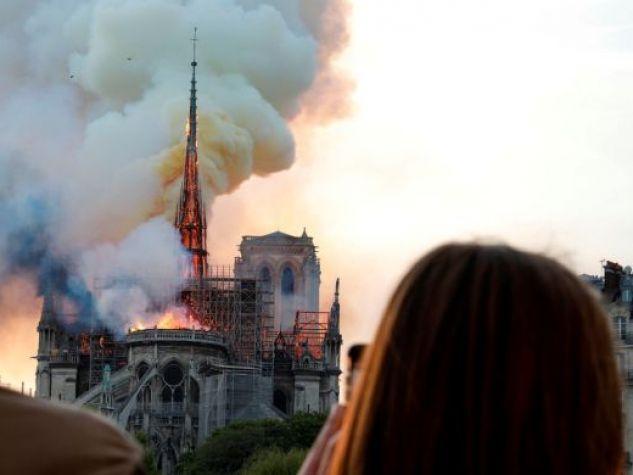 15 aprile. Le fiamme ricoprono la cattedrale di Notre Dame a Parigi.
