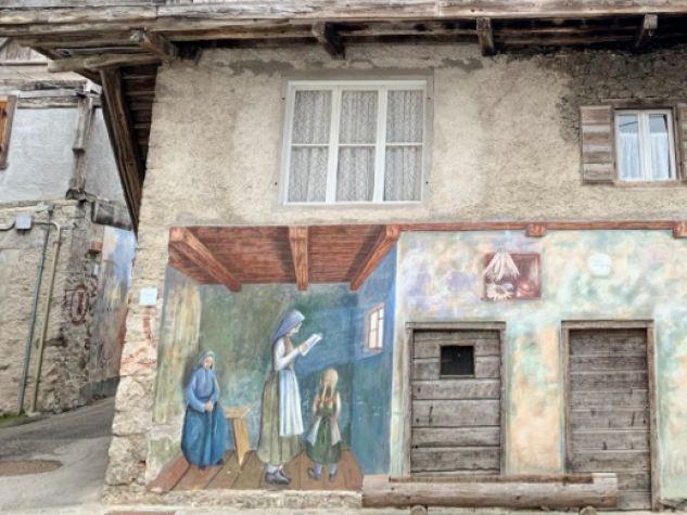 «Letera da lontan» (Giuliano De Rocco, 1980), murale realizzato su una tipica casa «cadorina» nell'abitato di Cibiana.