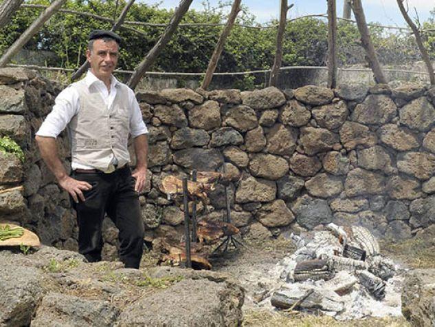 due pastori sardi attorno al fuoco