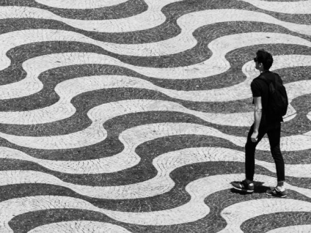 persona cammina in piazza