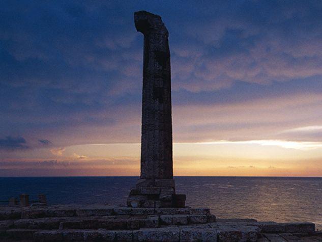 I resti del tempio di Hera Lacinia di Capo Colonna a Crotone.