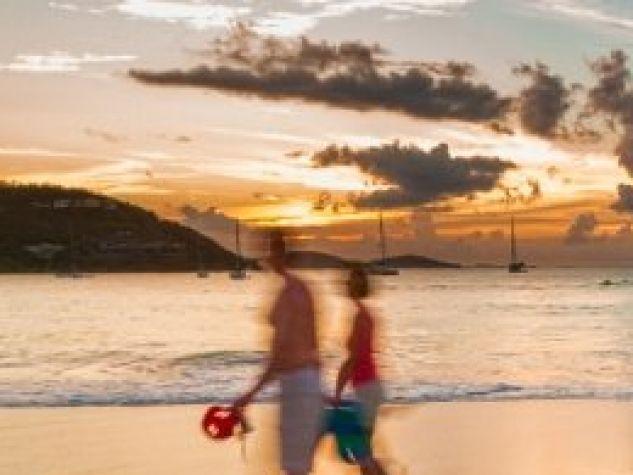 una coppia in spiaggia