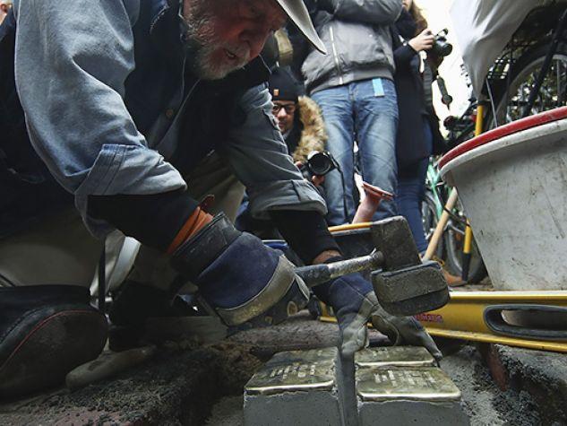 Gunter Demnig installa una pietra d'inciampo