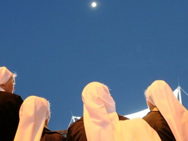 gruppo di suore sotto la luna