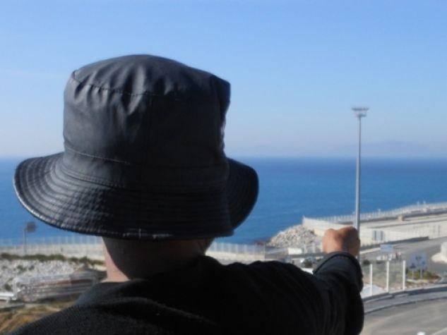Un migrante guarda il porto di Tanger Med.
