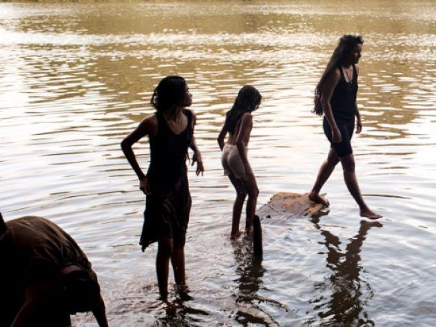 Alcune giovani passeggiano lungo il fiume Kelani.