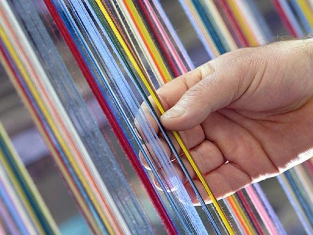 mano accarezza dei fili di lana