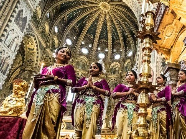 Ragazze in costume tipico srilankese in Basilica del Santo