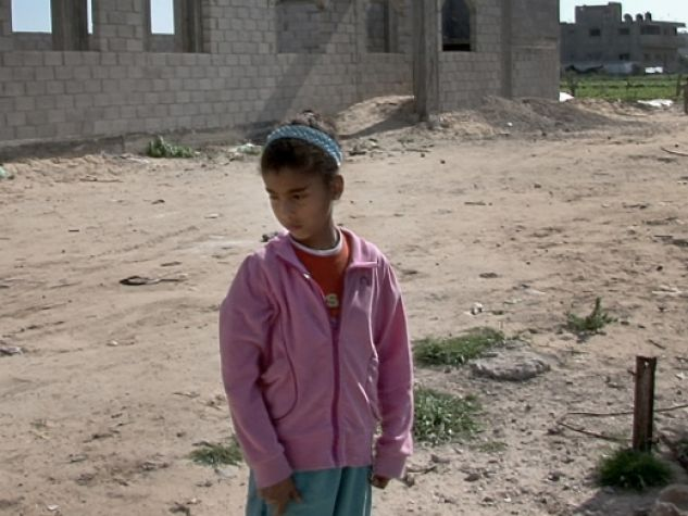 Nel quartiere di al-Zeitoun la piccola Amal contempla i danni che la guerra ha portato a sud di Gaza nel 2009. L'immagine è tratta dal documentario «La strada dei Samouni».