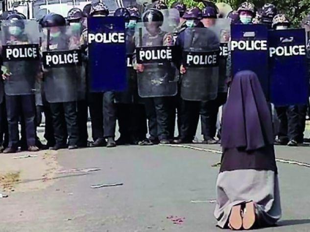 Suor Ann Nu Thawng inginocchiata davanti ai militari per implorare la cessazione delle violenze in Myanmar.