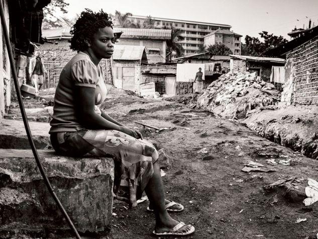 Una donna in una baraccopoli alla periferia di Kampala (Uganda). Foto: Peter Bauza / Zuma Press / CORBIS.