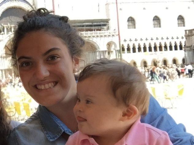 La famiglia Marangoni al completo: da sinistra, papà Guido, mamma Daniela, le figlie Francesca, Marta e la piccola Anna, nata il 24 marzo 2014.