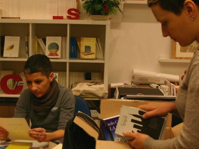Da sinistra, Silvia e Francesca, proprietarie della casa editrice Hacca, raccolgono e inscatolano libri  per i marchigiani colpiti dal sisma lo scorso ottobre.