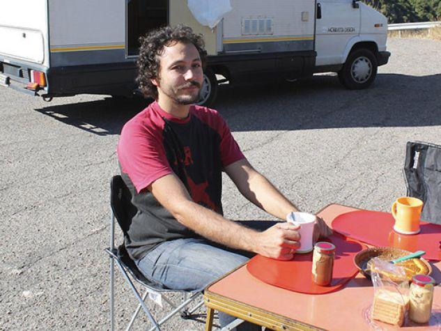 Daniel Tarozzi in una pausa del suo viaggio in cerca dell'Italia che cambia. Sul fondo il camper