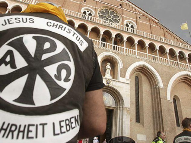 Jesus biker davanti alla Basilica di sant'Antonio