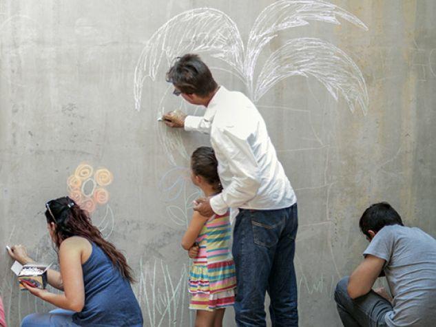 tante persone diverse disegnano in modi differenti sullo stesso muro