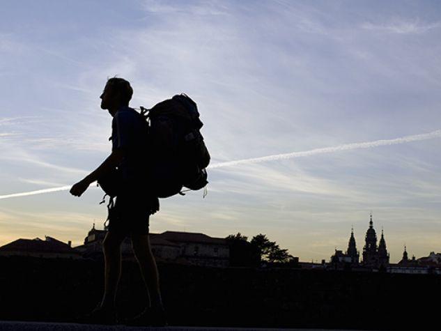 un pellegrino all'alba sul Cammino di Santiago