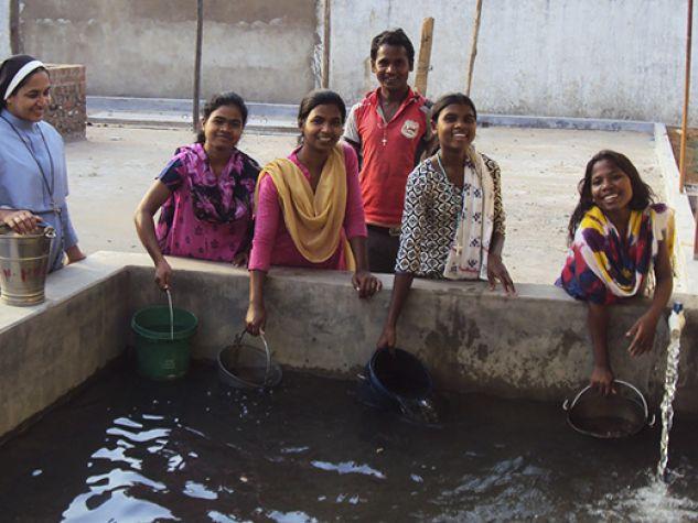 Biniya, India. Le suore clarisse francescane e alcune loro allieve attingono acqua grazie al pozzo costruito con l'aiuto dei lettori.