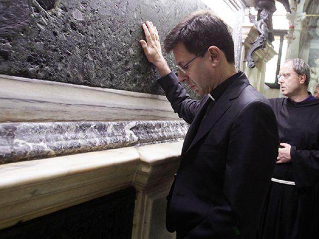 Monsignor Fabio Dal Cin alla tomba del Santo