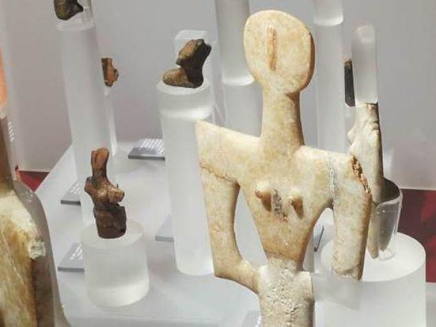 Figura femminile a placca di Turriga, Senorbì (CA) e figura femminile a placca traforata di Porto Ferro, Alghero (SS).