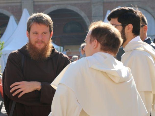 alcuni frati in dialogo al Festival francescano 2015