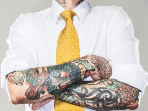 Camicia, cravatta e... tatuaggi!